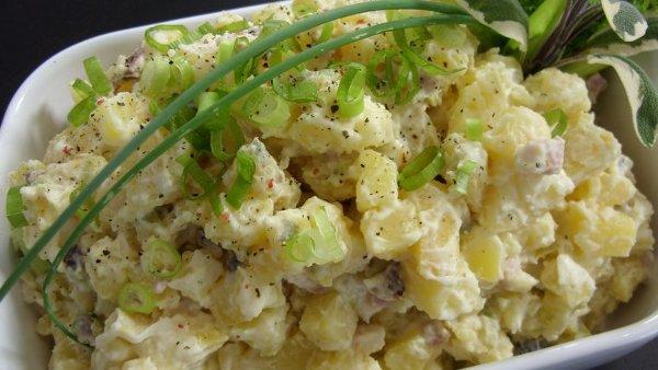Рыбный салат с картофелем и соленым огурцом