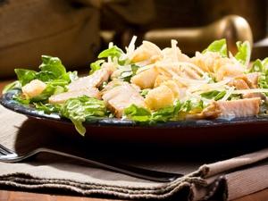 Новорічний салат із курки з сиром і грибами