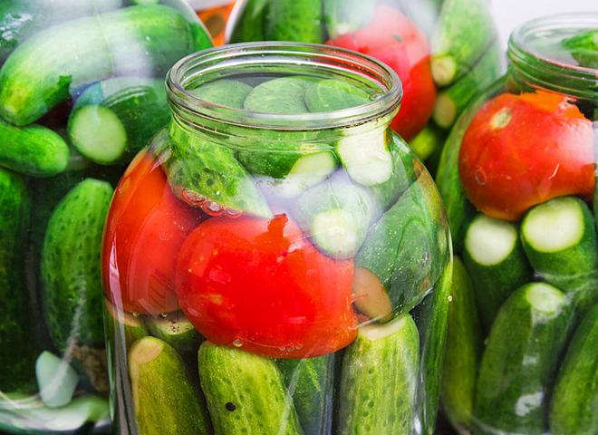 Малосольні огірки та помідори в одній банці