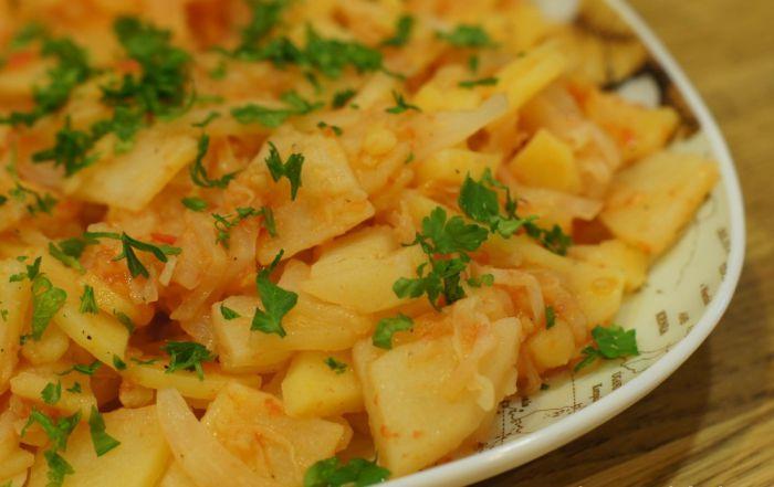 тушеный картофель с мясом и капустой