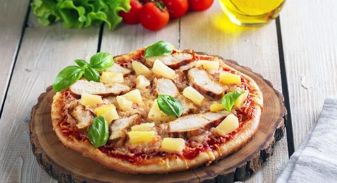 Піца з курячим філе і ананасами