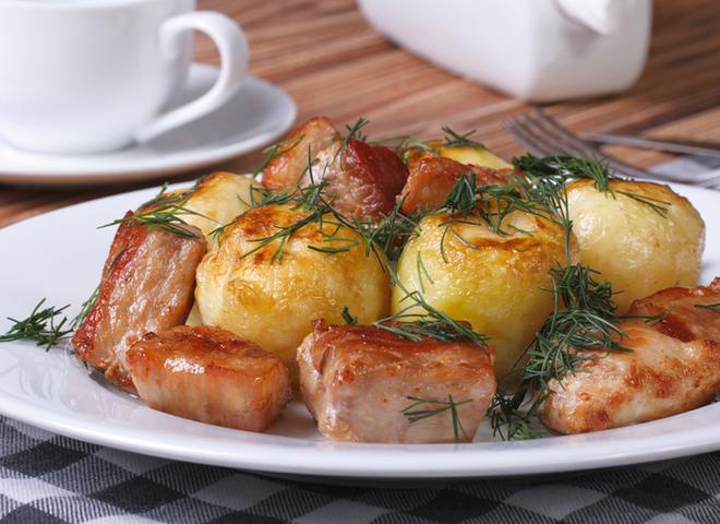 М'ясо з молодою картоплею: дуже смачне частування по-домашньому