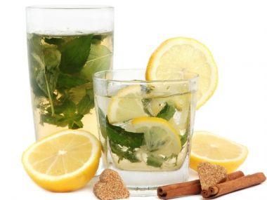 Холодний зелений чай з персиками і м'ятою