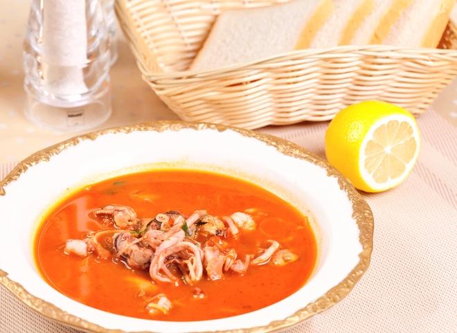 Томатний суп з рисом і морепродуктами
