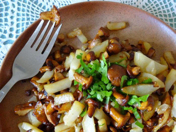 Лисички смажені з картоплею в мультиварці